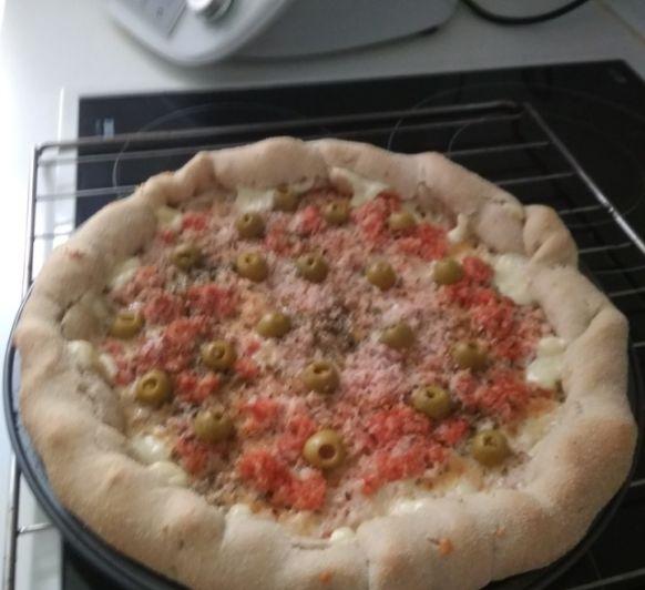 Pizza con los bordes rellenos de queso